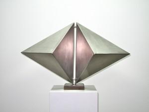 Carlernst Kürten, 6_75, #3_5, 1983, Chromnickelstahl Skulptur, 46x75x36 Foto Klaus Jüdes ©Carlernst Kürten-Stiftung